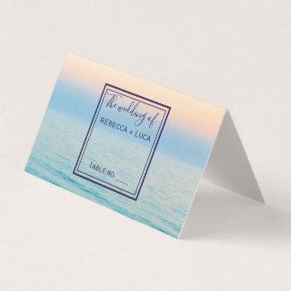 テーブルを結婚する日没の空のビーチの海 プレイスカード