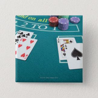 テーブルを賭けることのカードそして破片 5.1CM 正方形バッジ