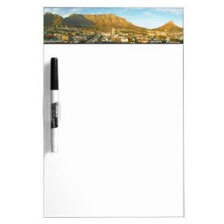 テーブル山とのケープタウンの都市景観 ホワイトボード