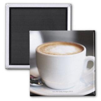 テーブル、クローズアップのラテコーヒー マグネット