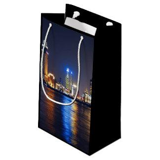 テーマ夜カラフルなライトと光る都市 スモールペーパーバッグ