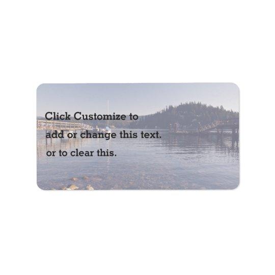テーマ波止場木が付いている浅い湖の写真 ラベル