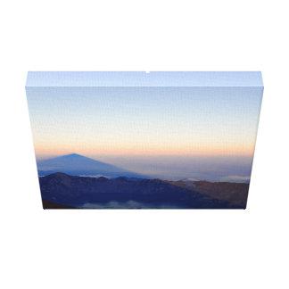テーマ湖は円の火山湖照らされます キャンバスプリント