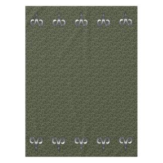 デジタル緑の迷彩柄の銀製の牡羊座の(占星術の)十二宮図の記号 テーブルクロス