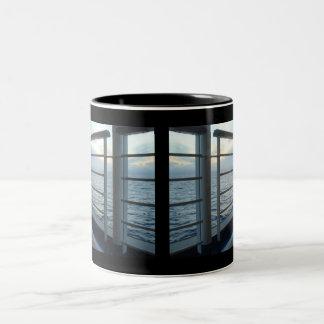 デッキの水平な眺めのマグ ツートーンマグカップ