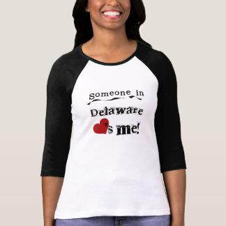 デラウェア州の誰かは私を愛します Tシャツ
