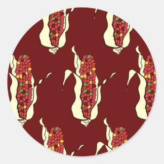 トウモロコシの皮: えんじ色のステッカーの赤いトウモロコシ ラウンドシール