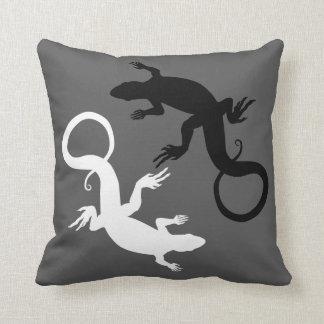 トカゲはハ虫類の芸術の枕トカゲの装飾を置きます クッション