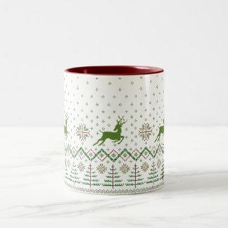 トナカイのクリスマスツリーのマグ ツートーンマグカップ