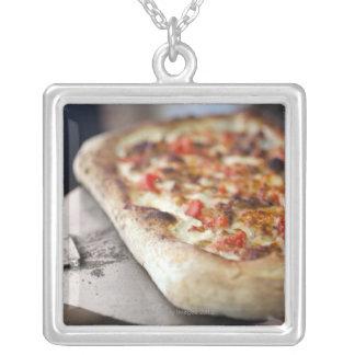 トマトが付いているピザ、ニンニクおよび肉は代わりになります シルバープレートネックレス
