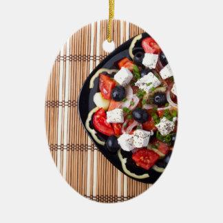 トマト、きゅうり、oniのギリシャの菜食主義サラダ セラミックオーナメント