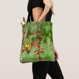 トラのアゲハチョウの蝶および野生の花 トートバッグ