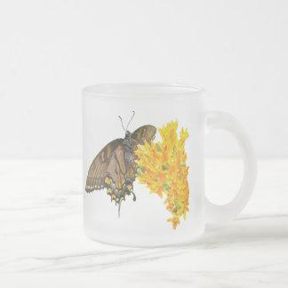トラのアゲハチョウの蝶-暗い段階 フロストグラスマグカップ