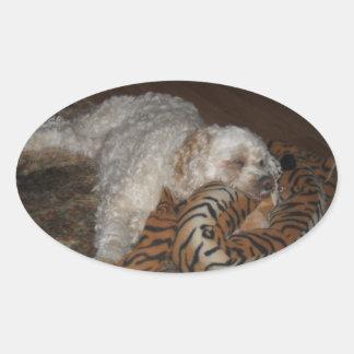 トラまたはシマウマのベッドのリラックスの不精なcockapoo犬 楕円形シール