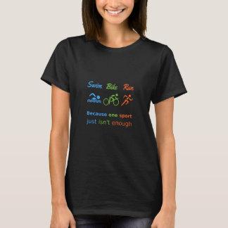 トライアスロンのスポーツの引用文の水泳のバイクの操業 Tシャツ