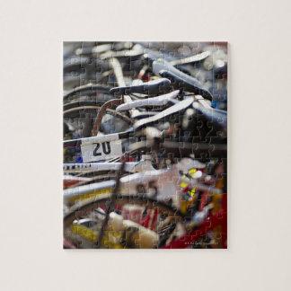 トライアスロンの棚の自転車は準備ができた競争させます ジグソーパズル