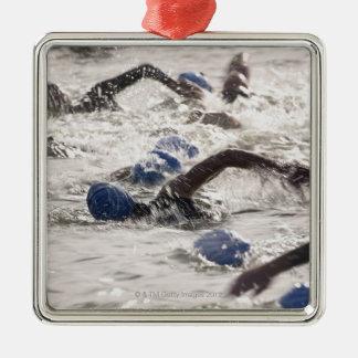 トライアスロンの水泳の足で競うTriathletes メタルオーナメント
