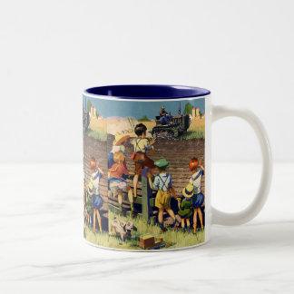 トラクターのローカル農家に振っているヴィンテージの子供 ツートーンマグカップ