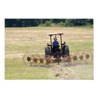 トラクターの収穫を運転している若い男の子 フォトプリント