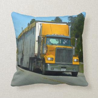 トラック運転手及びトラック恋人のための黄色い貨物貨物自動車 クッション