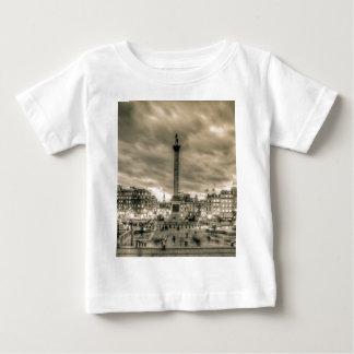 トラファルガー広場、ロンドンの観光客 ベビーTシャツ