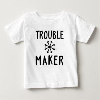 トラブル・メーカーの無秩序はTシャツの赤ん坊の衣類をからかいます ベビーTシャツ