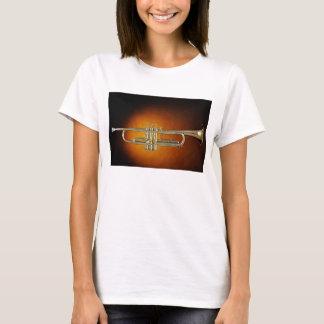 トランペットまたはコルネットの金ゴールドの背景のワイシャツ Tシャツ