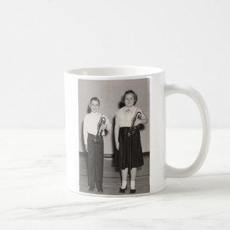トランペットを持つ2人の子供 コーヒーマグカップ