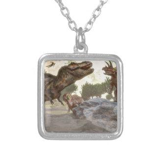 トリケラトプスの攻撃から脱出するティラノサウルス・レックスのレックス シルバープレートネックレス