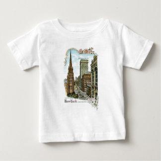 トリニティ教会。 ニューヨークのより低いブロードウェイ ベビーTシャツ