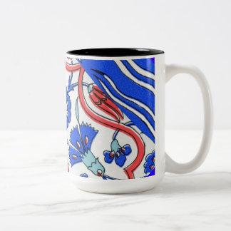 トルコのタイルの青い花のマクロパターン ツートーンマグカップ