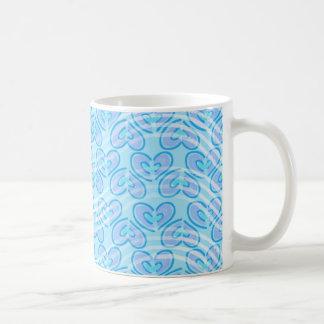 トレンディーのストライプなハートパターン{青い} コーヒーマグカップ