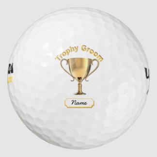 トロフィ「新郎」のためのトロフィのコップ。 ゴルフボール
