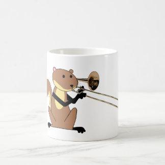 トロンボーンを遊んでいるリス コーヒーマグカップ