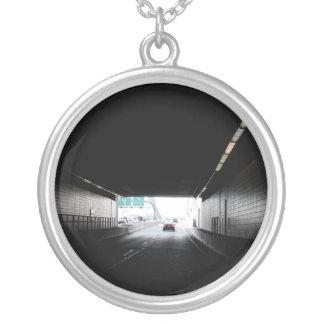 トンネルの大きいネックレスの写真 シルバープレートネックレス