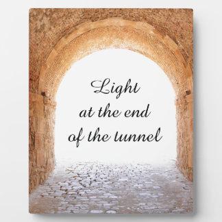 トンネルの端にライト フォトプラーク