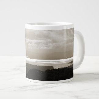 トンネルの道アイルランドからのBantry湾。 セピア色。 ジャンボコーヒーマグカップ