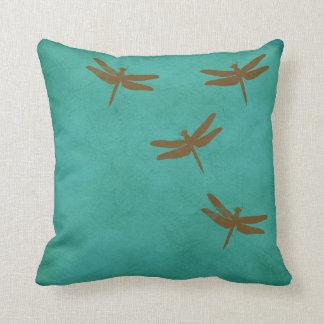 トンボおよびティール(緑がかった色)によって着色される枕 クッション