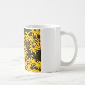 トンボおよびデイジー コーヒーマグカップ