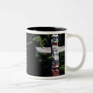 トーテムポール、バンクーバー、イギリスのコロンビア ツートーンマグカップ