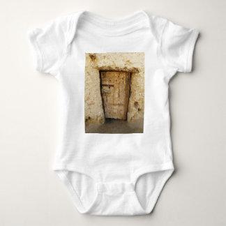 ドアのSiwaの古いオアシス、エジプトが付いている泥の煉瓦家 ベビーボディスーツ