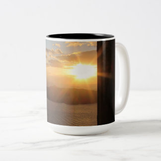 ドアを通したSantoriniの日没 ツートーンマグカップ