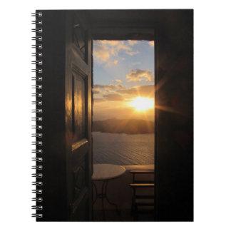 ドアを通したSantoriniの日没 ノートブック