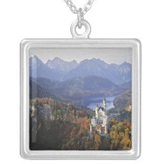 ドイツのババリア、ノイシュヴァンシュタイン城城。 王 シルバープレートネックレス
