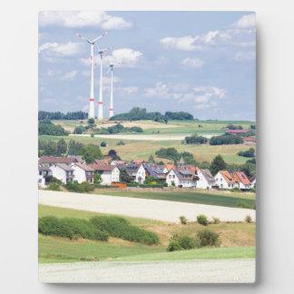 ドイツの村は風車およびトウモロコシ畑を収容します フォトプラーク