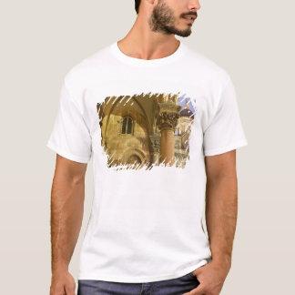 ドゥブロブニクのカテドラルが付いている司祭の宮殿のアーチ Tシャツ