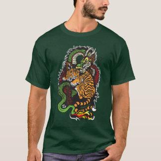 ドラゴンおよびトラの戦い Tシャツ