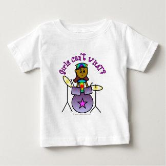 ドラムを遊んでいる暗い女の子 ベビーTシャツ