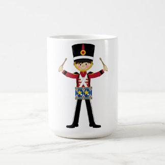 ドラムコーヒーのコップを遊んでいるくるみ割りの兵士 コーヒーマグカップ