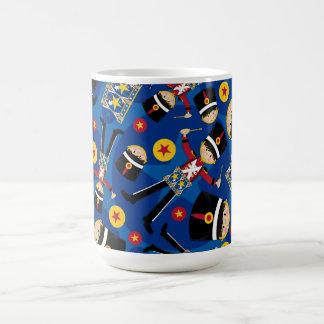 ドラムコーヒー・マグを遊んでいるくるみ割りの兵士 コーヒーマグカップ